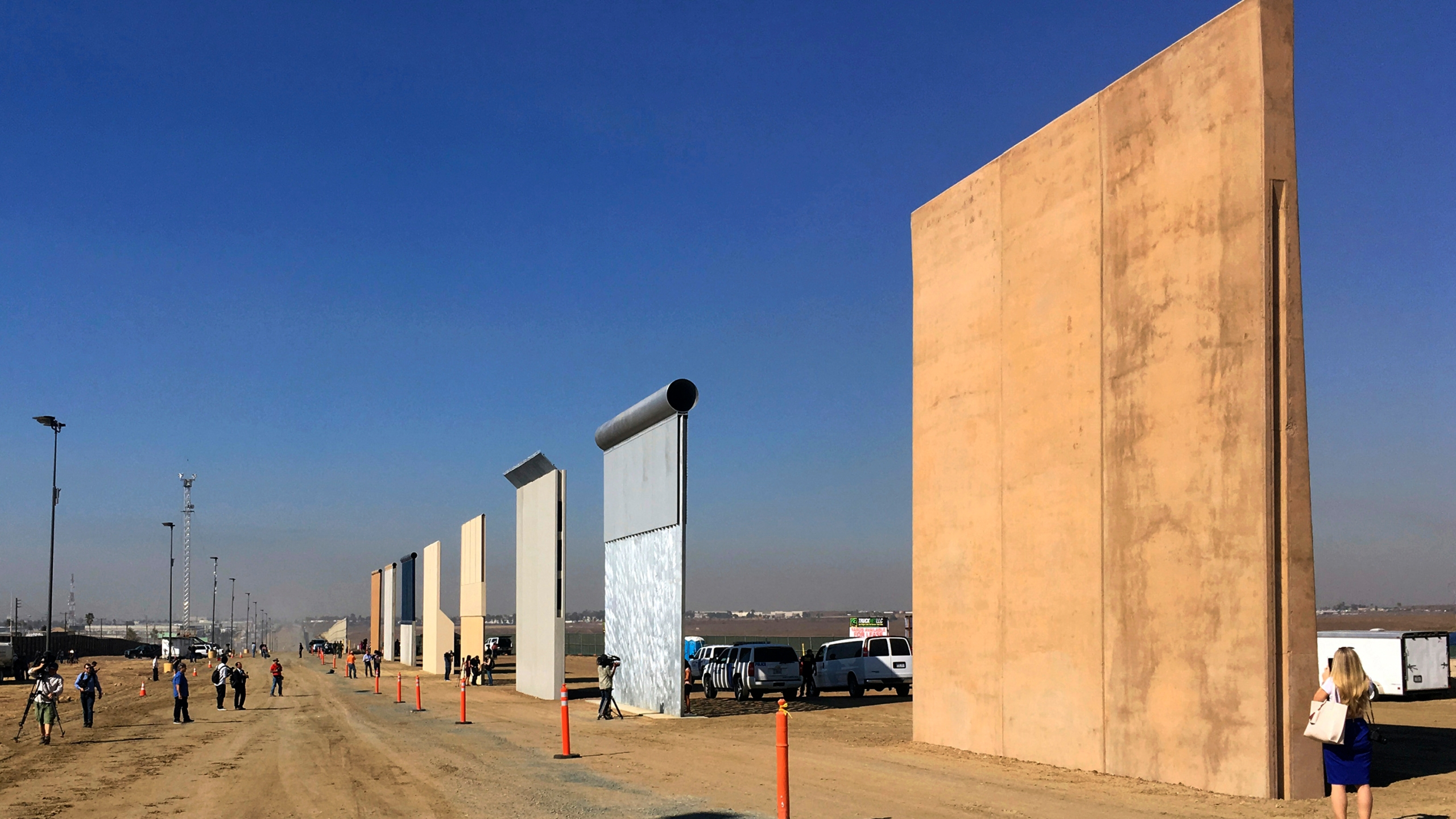 Border_Wall_Prototypes_73586-159532.jpg87763540