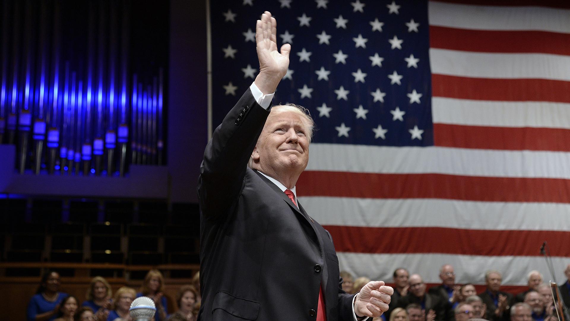 President Trump waves American flag in background-159532.jpg75762161